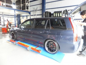 相模原市A様より三菱ランサーエボリューションワゴンのタイヤ交換を承りました