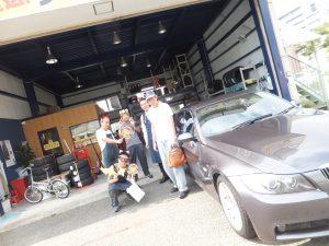 藤沢市O様 BMW325iのタイヤ交換 スタッフとハロウィンでパチリ!