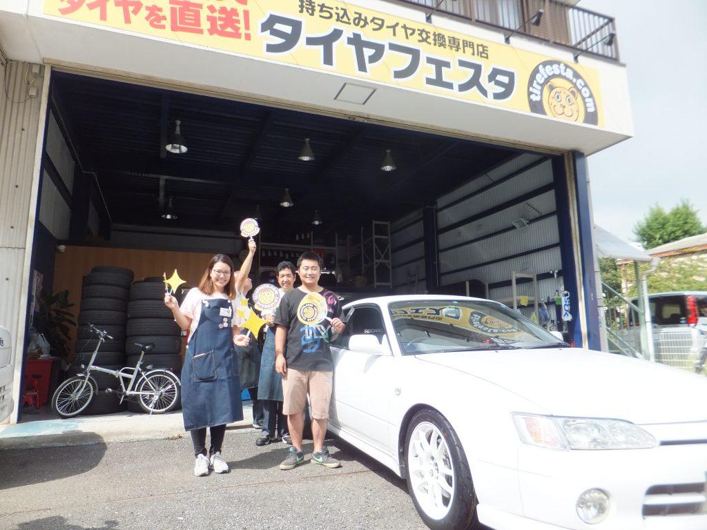 大和市K様 カローラ レビンのタイヤ交換でスタッフとパチリ!