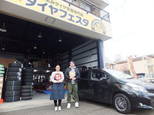 相模原市O様 トヨタ ヴィッツ 約2万円から3万円のお得!スタッフとパチリ♪