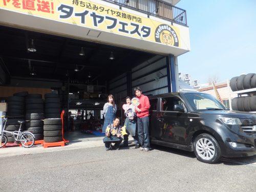 大和市K様 トヨタbB 込み込みセットで約2万円のお得♪スタッフとパチリ♥