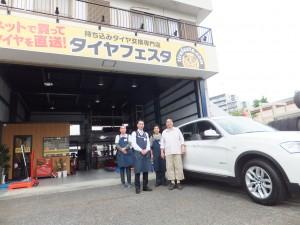 川崎市 I 様よりBMW  X3のタイヤ交換でスタッフとパチリ!