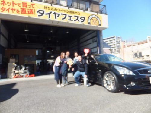 横浜市瀬谷区T様 スカイラインV36のタイヤ交換で17万円のお得!!スタッフとパチリ♪