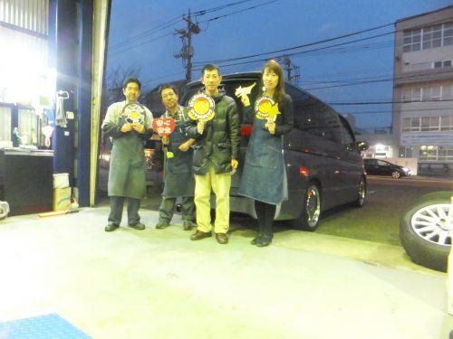 大和市T様 エルグランド「国産タイヤの4分の1以下で購入できた!!」スタッフとパチリ♪