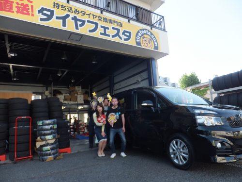 相模原市O様 タイヤフェスタ込み込みセットで約2万円のお得♪スタッフとパチリ♥