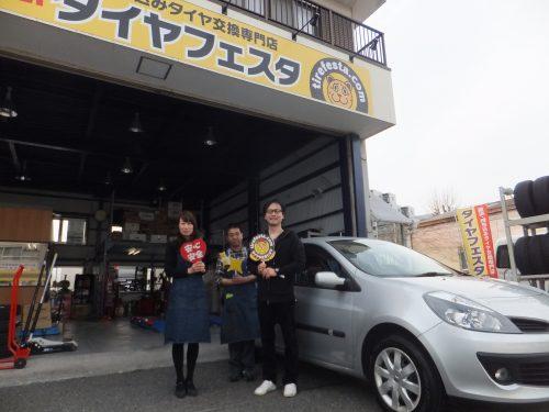 横浜市戸塚区M様 ルノーのタイヤ交換でスタッフとパチリ♪