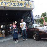 伊勢原市I様 マツダサバンナRX-7 「笑顔で親切 古い車両を気遣ってジャッキアップ」スタッフとパチリ♪