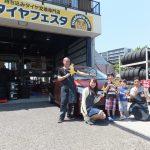 横浜市泉区M様 フリードハイブリッドのタイヤ交換でスタッフとパチリ♪