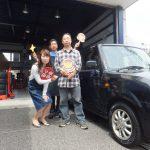 横浜市港南区K様 ラパンのタイヤ交換で約半額のお得♪スタッフとパチリ!!