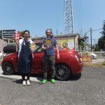 横浜市瀬谷区T様 マイクラのタイヤ交換でスタッフとパチリ♪「他の車もお願いしたいと思います」