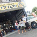 藤沢市M様 ダットサン620のタイヤ交換でスタッフとパチリ♪
