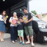 藤沢市Y様 トヨタヴォクシーのタイヤ交換で2万円以上のお得!スタッフとパチリ♪