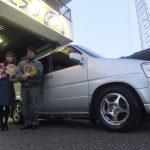 大和市S様 ステップワゴン 約27,000円のお得でスタッフとパチリ!「システム・金額が大変にわかりやすく安心」
