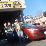 海老名市N様 マツダ プレマシーのタイヤ交換で約3万円のお得!!スタッフとパチリ♪