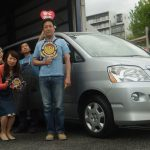 横浜市旭区N様 トヨタノアのタイヤ交換でスタッフとパチリ♪