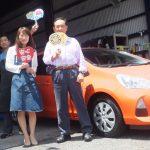 大和市K様 トヨタアクア 2万円以上の節約でスタッフとパチリ♪「スタッフの人柄、親切な応対が決め手!」