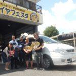 川崎市S様 日産セレナのタイヤ交換でスタッフと一緒にパチリ!!「とても安く出来るので助かりました」