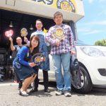 大和市K様 ダイハツミラのタイヤ交換でスタッフとパチリ♪「ブランドタイヤがネットで安く買えた!」