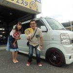 藤沢市K様 スズキ エブリィワゴンのタイヤ交換でスタッフとパチリ♪「ヒョウがかわいいです♡」