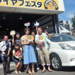 川崎市T様 トヨタアイシス「とても予約しやすく、対応も良かったです」スタッフとパチリ!
