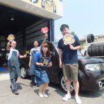 3回目の横浜市瀬谷区F様 日産キューブのタイヤ交換でスタッフとパチリ♪