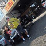 藤沢市W様 日産ティーダ タイヤフェスタ込み込みセット「工賃込みで安かった!」スタッフとパチリ♪