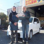 お得な事例*藤沢市N様日産キューブ「2万円くらい節約出来ました♪」スタッフとパチリ♪