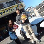 お得な事例*横須賀市O様トヨタプリウス「安く交換できて良かった」スタッフとパチリ♪