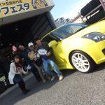 横浜市泉区K様 スズキスイフトスポーツのタイヤ交換でスタッフとパチリ♪決め手は「近さ」「安さ」!!