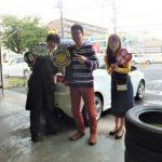 大和店♪厚木市K様 アルファロメオジュリエッタ タイヤをネットで買って2~3万円の節約!!スタッフとパチリ♪