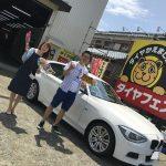 湘南平塚店♪秦野市N様 BMW116i ネットでタイヤを買って約11万円の節約!!スタッフとパチリ♪「作業時間が速いのが◎」