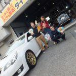 横浜市瀬谷区C様 スバルレガシィ ツーリングワゴンのタイヤ交換でスタッフとパチリ♪