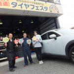 横浜市泉区Y様 マツダCX-3のタイヤ交換でスタッフとパチリ!!決め手は「安さとタイヤ持ち込みできるから」♪