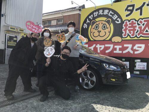 湘南平塚店♪ N様 VWポロ のタイヤ交換♪スタッフとパチリもご一緒に!ネットでタイヤを購入して¥10,000~¥15,000お得に!