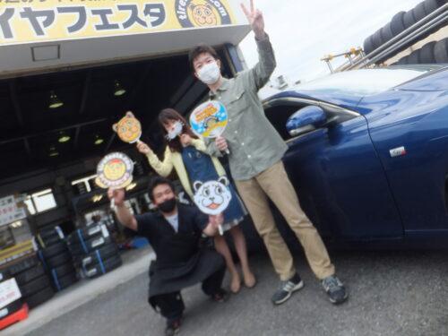大和店♪東京都国分寺市K様、トヨタマークXのタイヤ交換でスタッフとパチリ♬「とても満足しました」♪