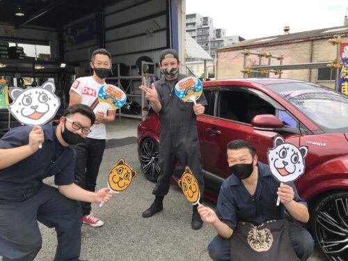 大和店♪リピーターの横浜市T様 トヨタC-HRのタイヤ交換でスタッフとパチリ♪