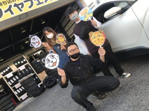 大和店♪綾瀬市O様トヨタC-HRのタイヤ交換でスタッフとパチリ♬