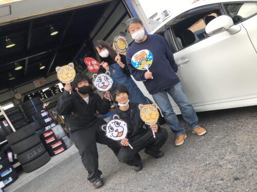 大和店♪リピーターの藤沢市I様、お得なコミコミセットでトヨタウィッシュのタイヤ交換♪スタッフとパチリ♪